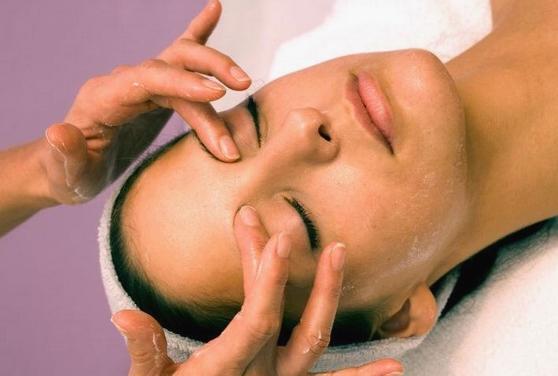 массаж глаз выполняют очень бережно